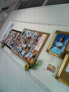 コルクボードと壁新聞